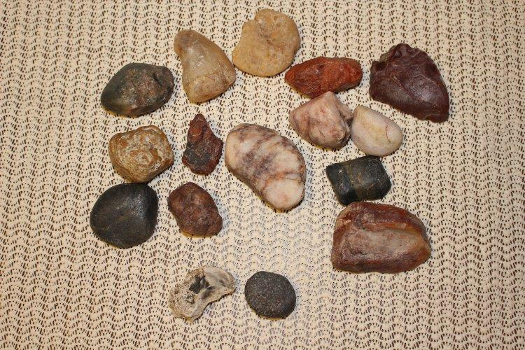 Photo of a group of rocks before they went into the rock tumbler